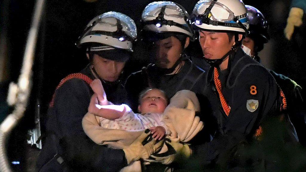Bayi Selamat Setelah Tertimbun Reruntuhan Gempa