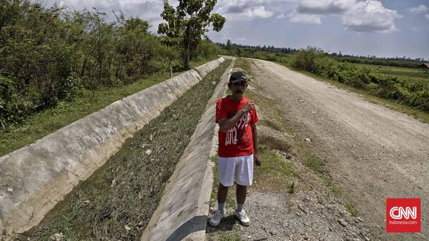 Jalan yang dahulu kala dibuat oleh Pramoedya Ananta Toer dan para Tapol unit 3 lainnya. Waeapo, Pulau Buru, Ambon, Minggu, 6 Maret 2016. CNN Indonesia/Adhi Wicaksono.