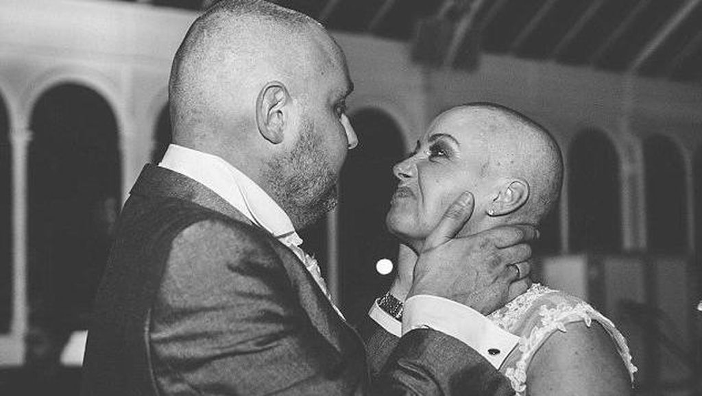 Demi Suami, Pengantin Wanita Ini Cukur Botak Rambutnya di Hari Pernikahan