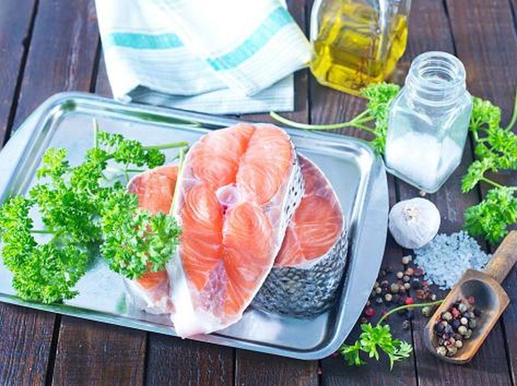 Berikan Ikan, Telur dan Sayuran pada si Kecil yang Sedang Belajar Makan