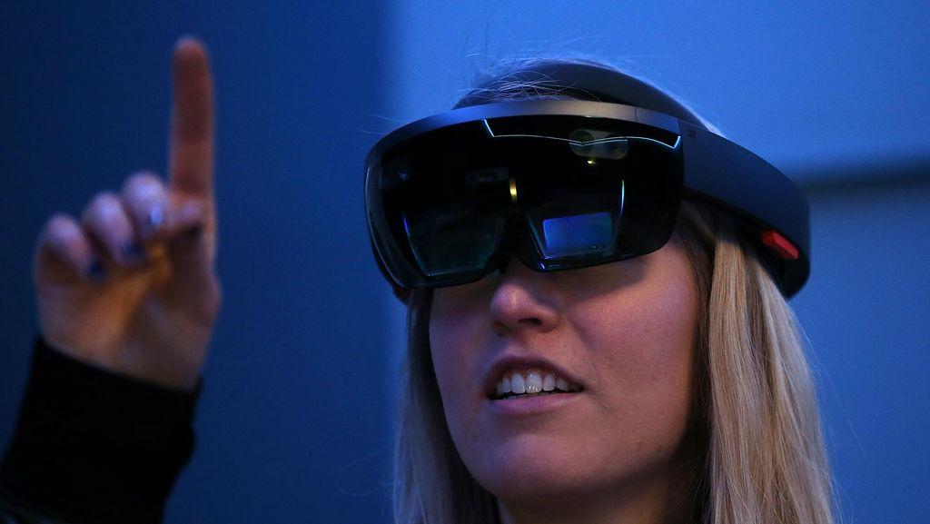 Kegilaan HoloLens: Boyong Mesin Pesawat ke Ruang Kelas!