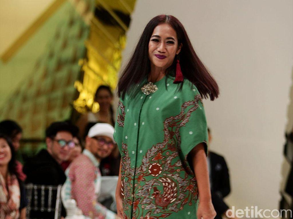 Foto: Gaya Eksentrik Nia Dinata Padukan Dress Batik dengan Boots