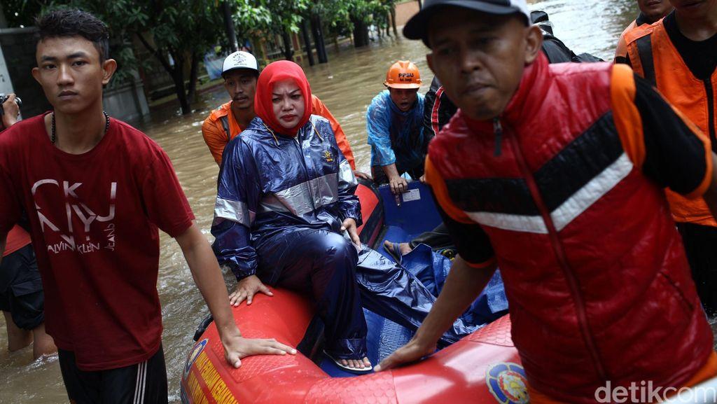 Korban Banjir Dievakuasi dengan Perahu Karet