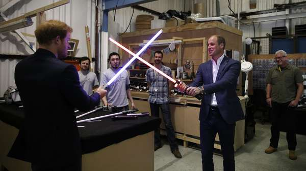 Duel Lightsaber Pangeran William dan Pangeran Harry
