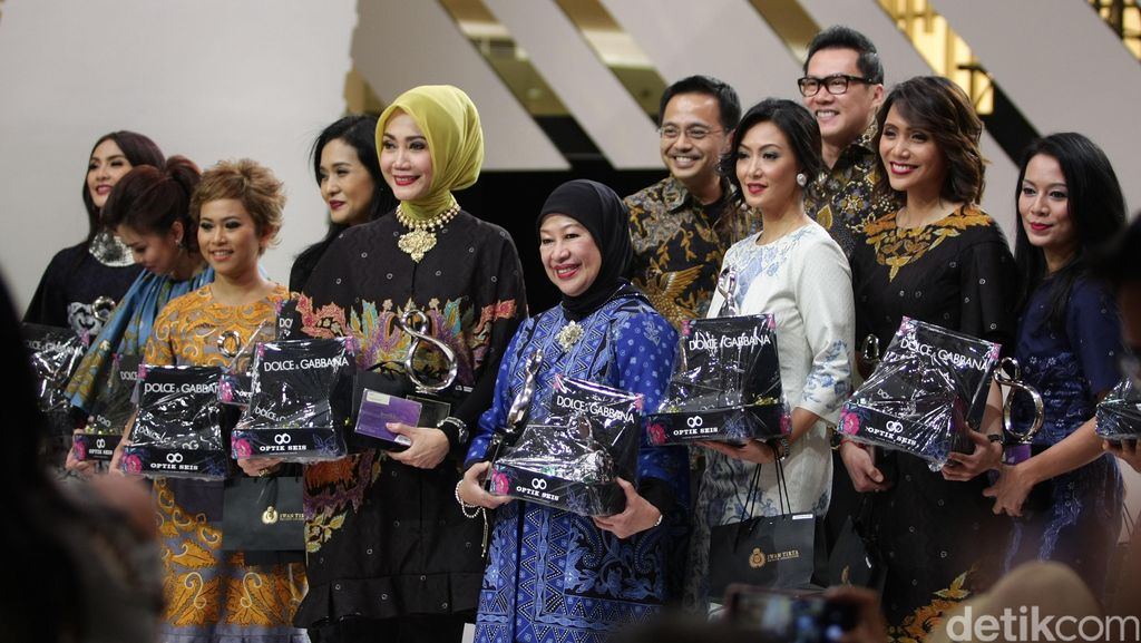 Cantiknya 10 Kartini Modern Berbalut Koleksi Batik Iwan Tirta