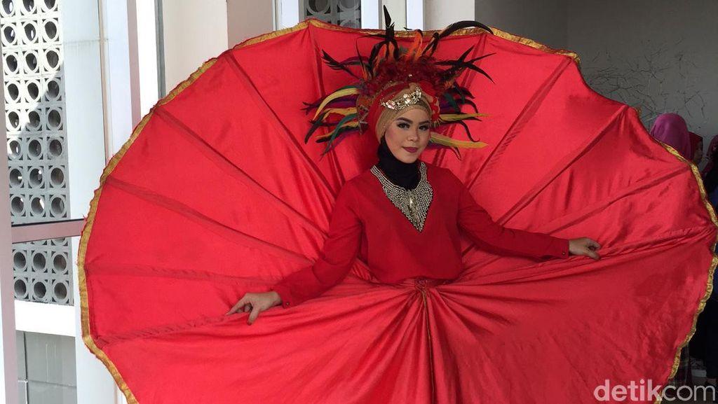 Hijabers Curi Perhatian Pakai Kostum Merak di Audisi Sunsilk Hijab Hunt