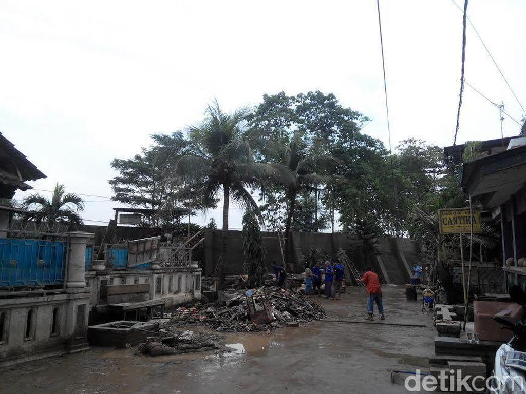 Tanggul Jebol yang Sebabkan Banjir di Pondok Gede Permai Mulai Ditambal