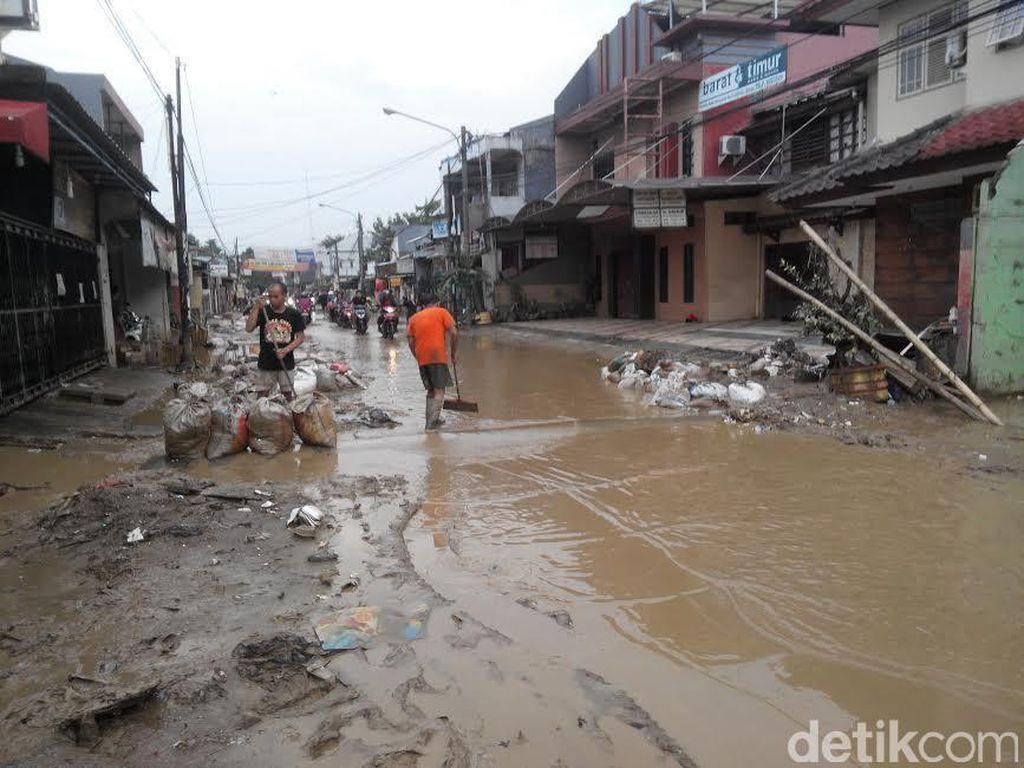 Banjir Surut, Lumpur dan Sampah Jadi Musuh Warga Pondok Gede Permai