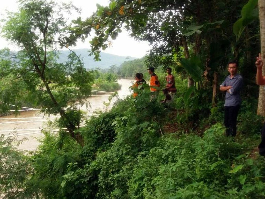 Video Pria Diduga Depresi di Sukabumi Nekat Ceburkan Diri ke Sungai