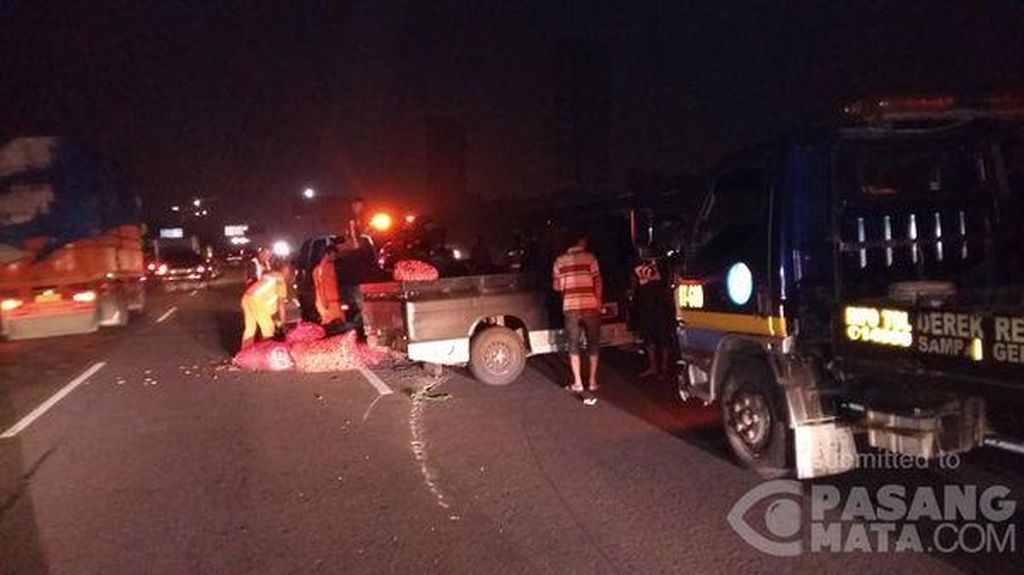 Pikap Kecelakaan, Muatan Bawang Berhamburan di Tol Merak KM 12 Arah Tomang