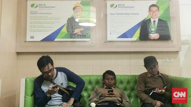 Peserta BPJS Ketenagakerjaan saat mengantri di Kantor Pelayanan di Salemba, Jakarta Pusat, Senin (18/4). (CNN Indonesia/Christine Nababan)