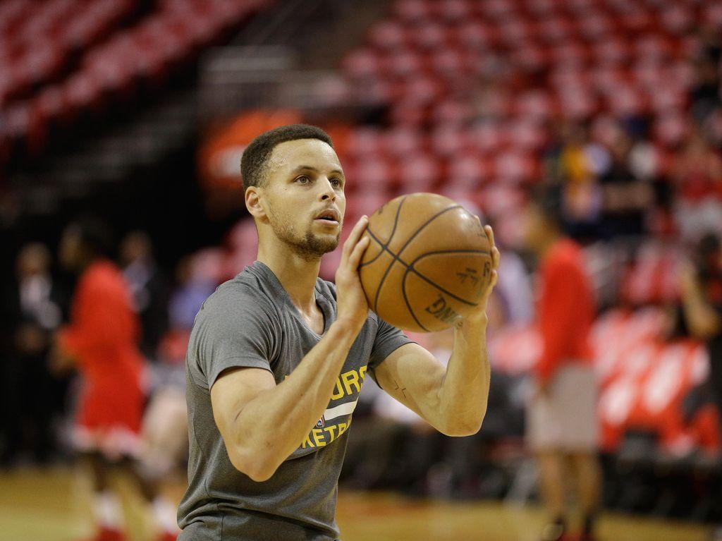 Cedera Lutut, Curry Menepi Setidaknya Dua Pekan