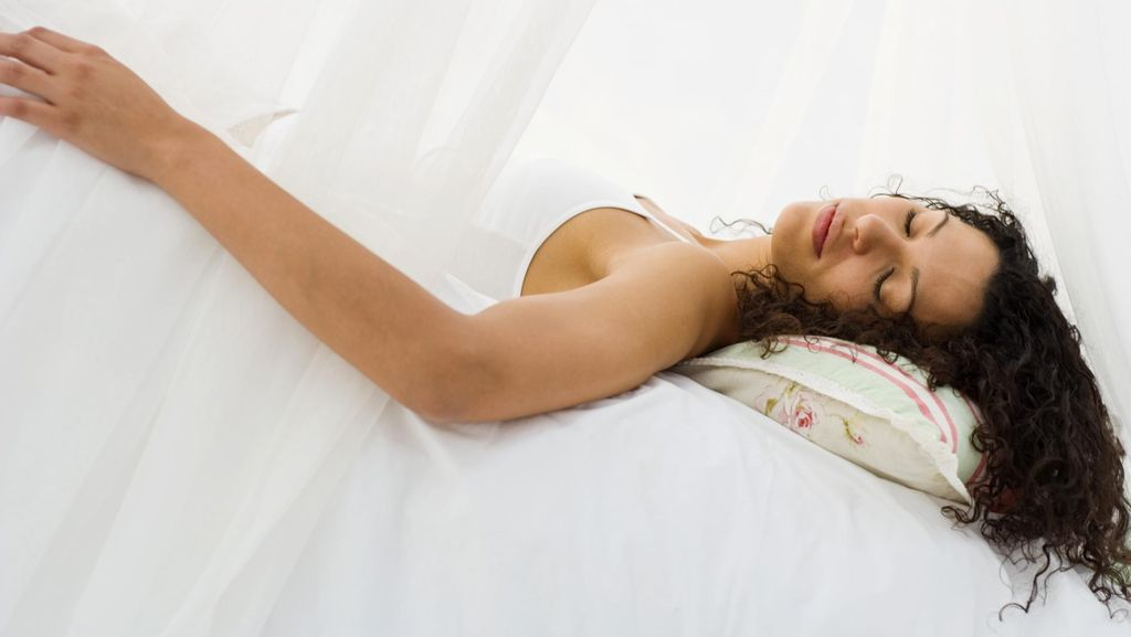 Kebiasaan Tidur di Kasur Empuk Ternyata Nggak Baik, Lho