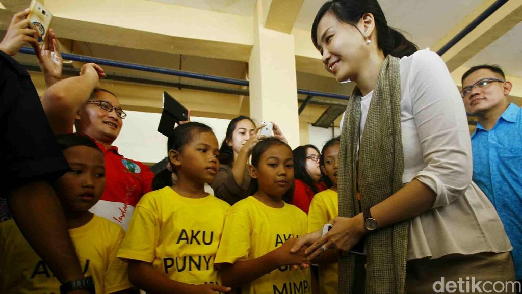 Veronica Tan Tinjau Sekolah Informal di Cibesel