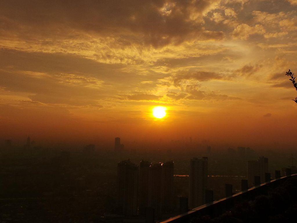 Sensasi Senja dari Lantai 56