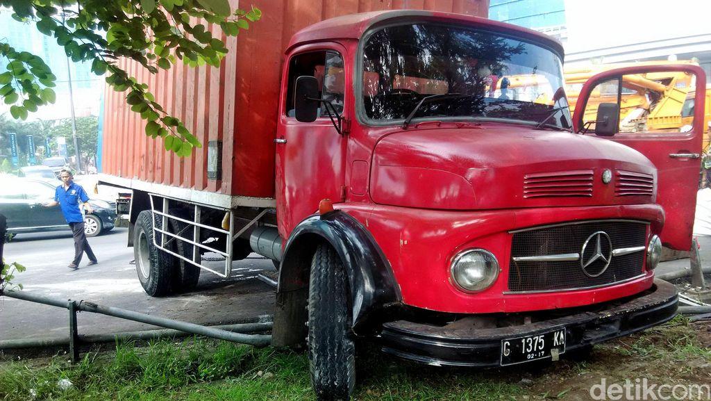 Mobil Boks Terguling di Depan Mal Taman Anggrek Berhasil Dievakuasi
