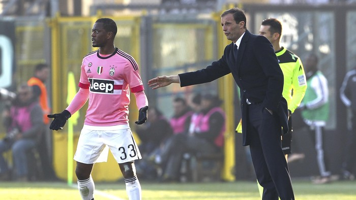 BERGAMO, ITALY - MARCH 06:  Juventus FC head coach Massimiliano Allegri (R) gives instructions to his player Patrice Evra (L) during the Serie A match between Atalanta BC and Juventus FC at Stadio Atleti Azzurri dItalia on March 6, 2016 in Bergamo, Italy.  (Photo by Marco Luzzani/Getty Images)