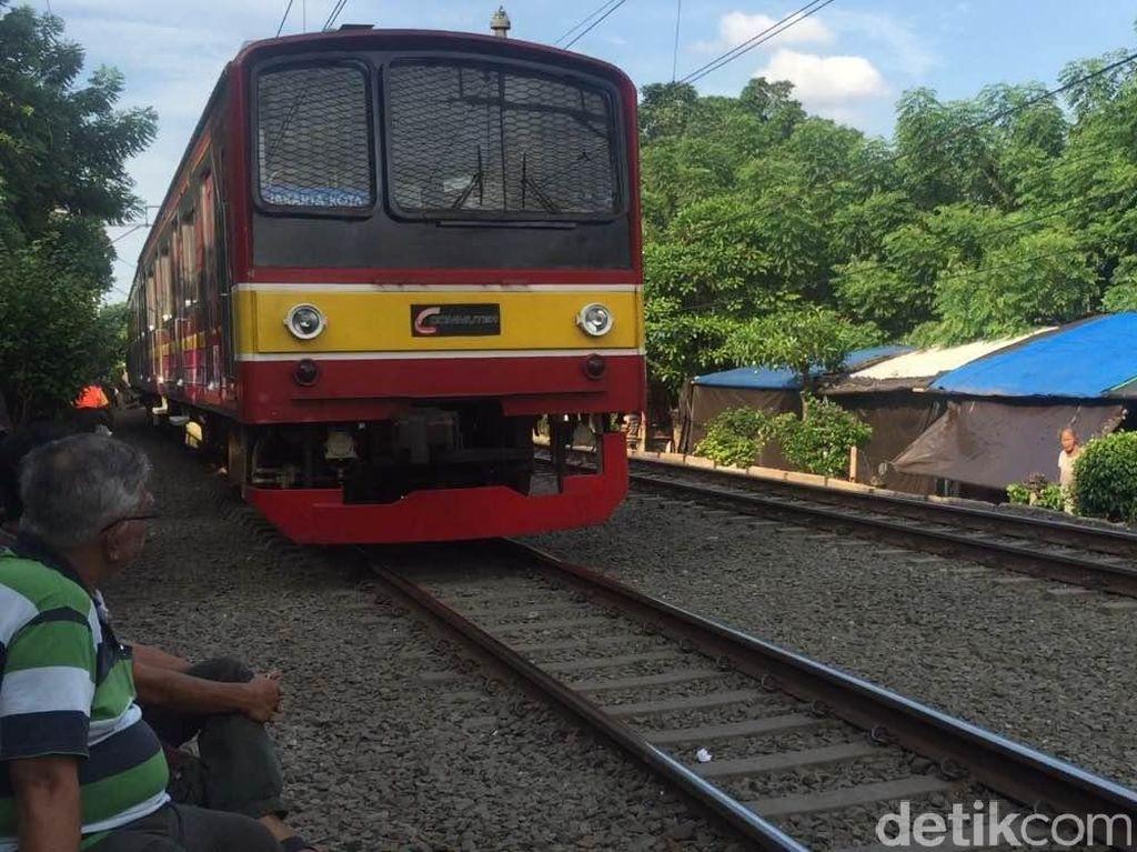 Listrik Aliran Atas Tersambar Petir, KRL Jakarta-Bekasi Terganggu