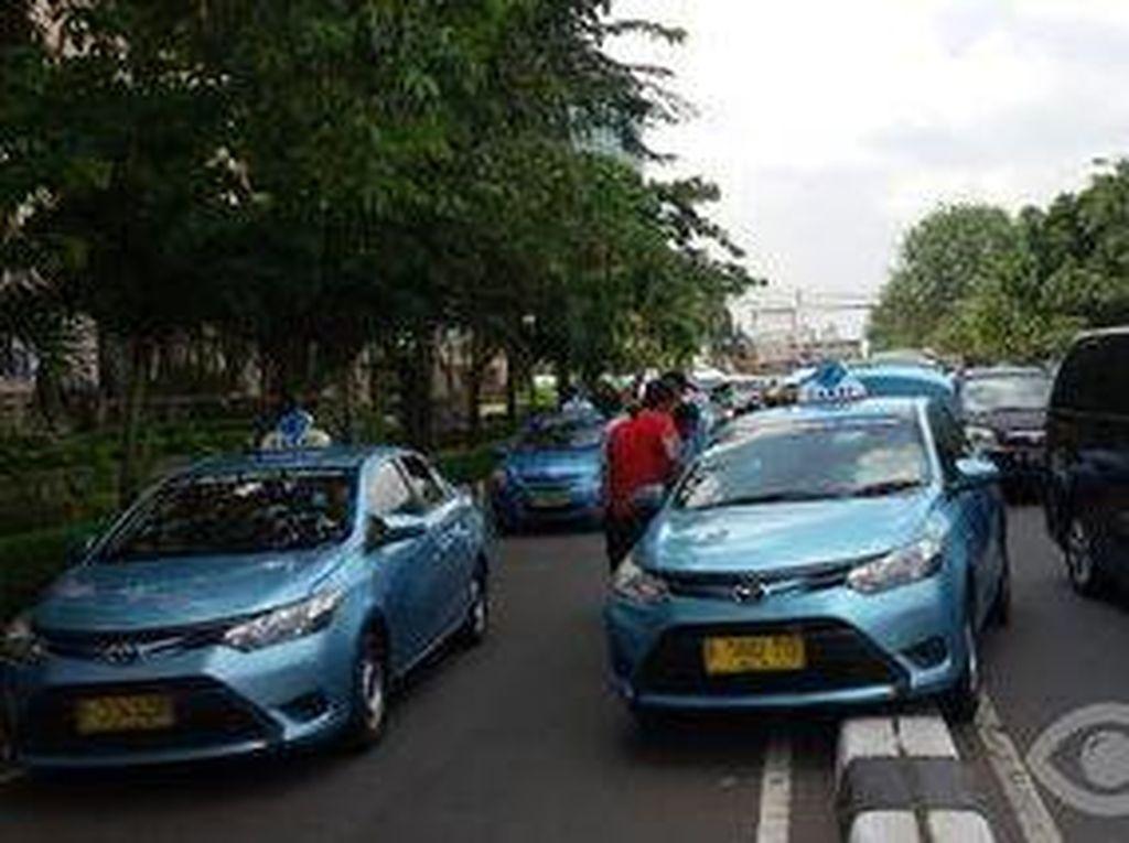 Sebuah Taksi Tersangkut di Separator Jalan Senen Raya