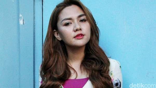 Vicky Shu Pamer Kaki Jenjang