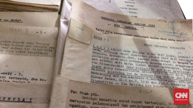 Naskah Pramoedya Ananta Toer yang ditulis di atas kertas semen masih disimpan rapi oleh Oei Hiem Hwie di Perpustakaan Medayu Agung, Surabaya.