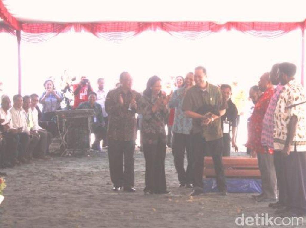Jokowi Tersenyum Lihat Mendag Lembong Peluk Babi