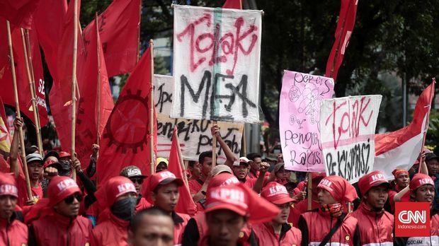 Ribuan buruh yang melakukan aksi demo di depan Istana Negara menuntut pemerintah mencabut PP No 78 tahun 2015 tentang pengupahan dan PHK massal. Aksi yang dilakukan ribuan buruh dari Konfederasi Serikat Pekerja Indonesia (KSPI), Federasi Serikat Pekerja Metal Indonesia (FSPMI).Minggu. 1 Mei 2016.CNN Indonesia/Andry Novelino
