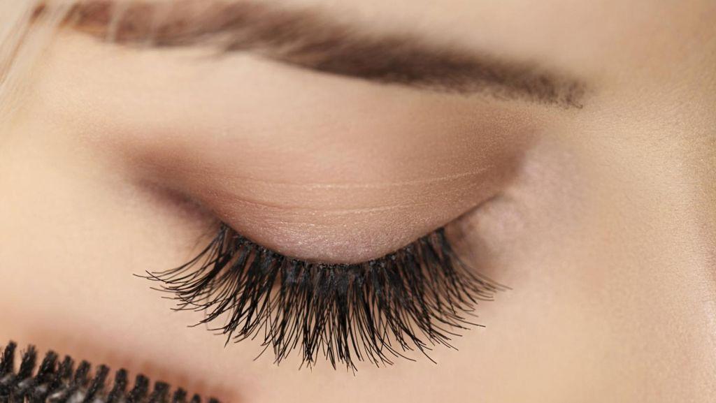 Tips Memilih Bentuk Sikat Maskara Agar Bulu Mata Lentik Maksimal