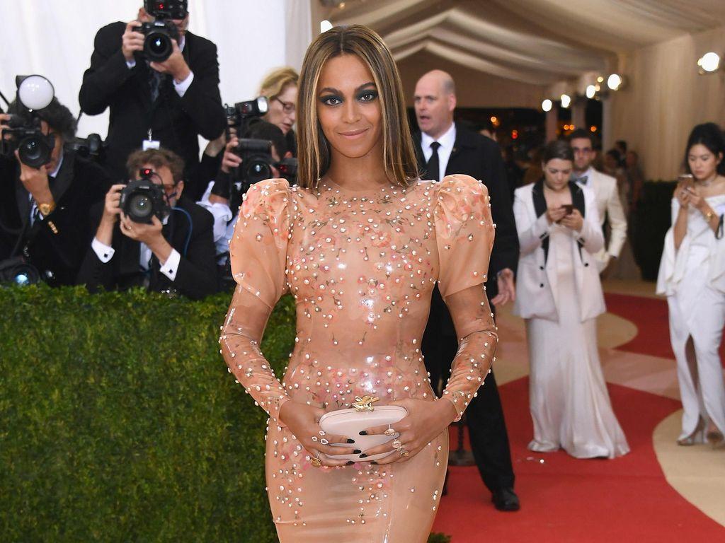 Foto: 10 Gaya Beyonce dengan Gaun Ketat Lengan Panjang