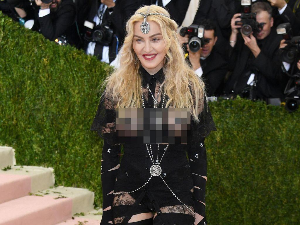 Madonna Kepergok Ciuman dengan Idris Elba