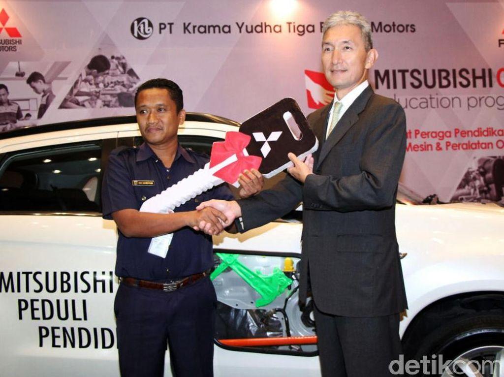 Mitsubishi Serahkan 12 Mobil untuk SMK