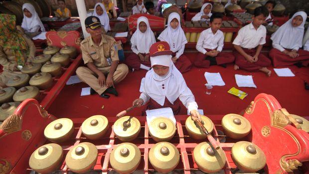 Unsur keberadaan gamelan dianggap penting sebagai identitas Jawa dalam campursari.