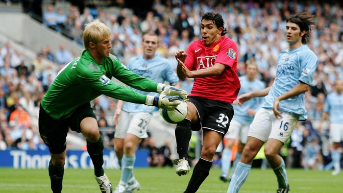 MANCHESTER, UNITED KINGDOM - AUGUST 19:  Carlos Tevez (#32) of Manchester United and Kasper Schmeichel of Manchester City battle for the ball during the Barclays Premiership match between Manchester City and Manchester United at the City of Manchester Stadium on August 19, 2007 in Manchester, England.  (Photo by Jamie McDonald/Getty Images)