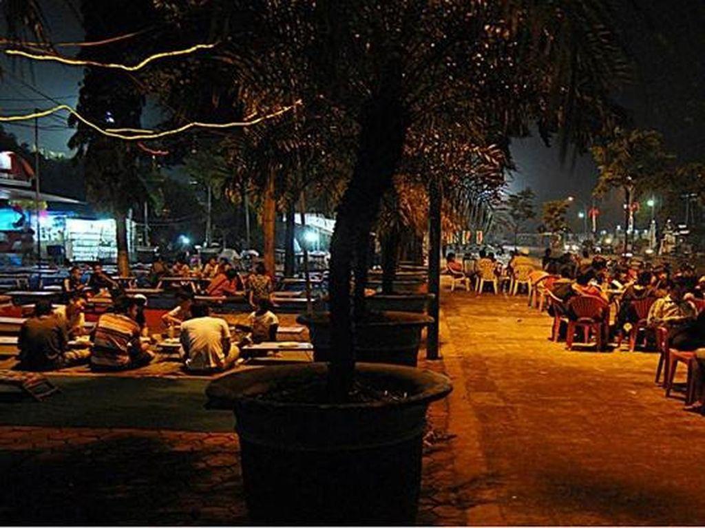 Nongkrong Asyik Malam Hari di Jember, Alun-alun Tempatnya!