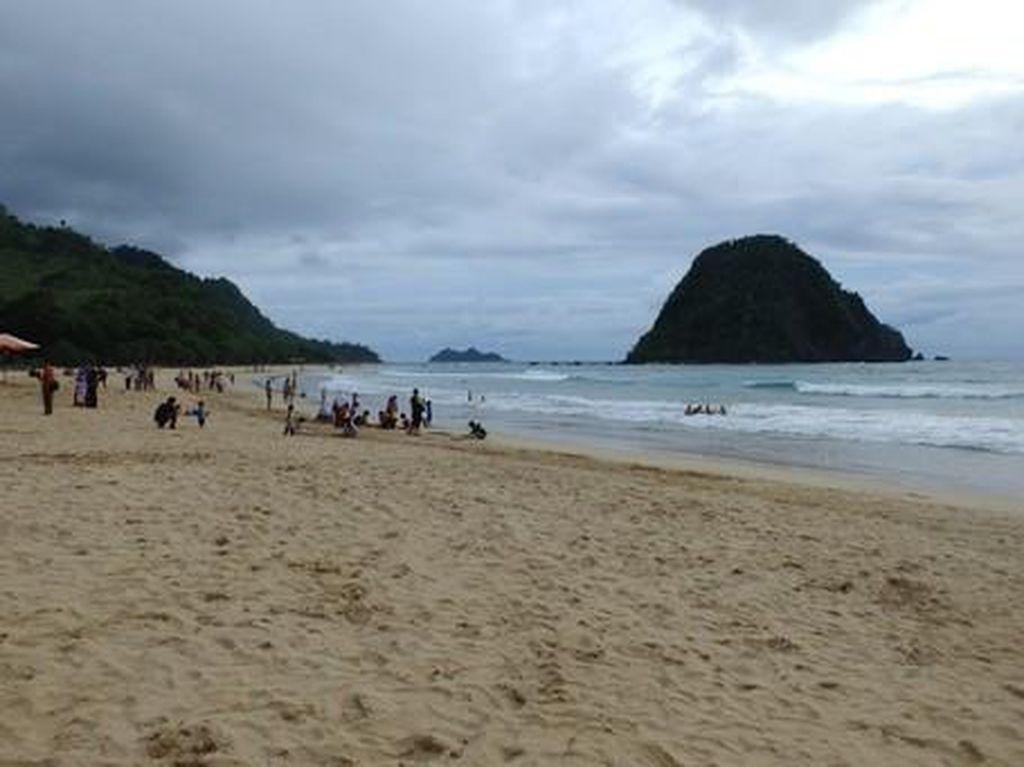 Aneka Aktivitas Liburan Seru di Pantai Pulau Merah Banyuwangi