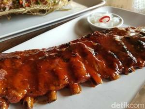 Warung Sunset Chef Yudi: <i/>Crispy Pata</i> dan <i/>BBQ Pork Ribs</i> yang Menggoyang Lidah