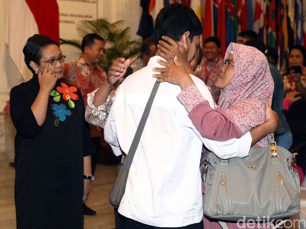 4 WNI yang Dibebaskan Diserahkan ke Keluarga