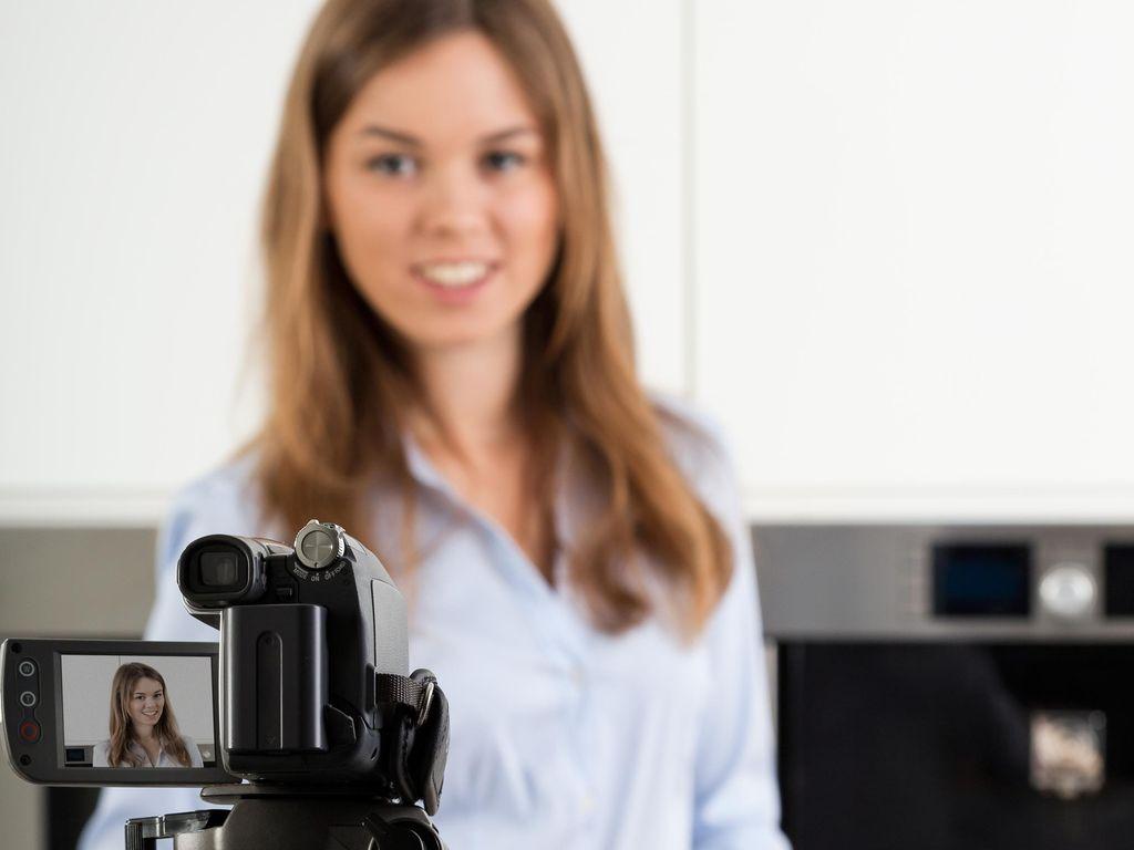 Syuting dari Rumah, Reporter Ini Tak Sengaja Tampilkan Suami Lagi Mandi