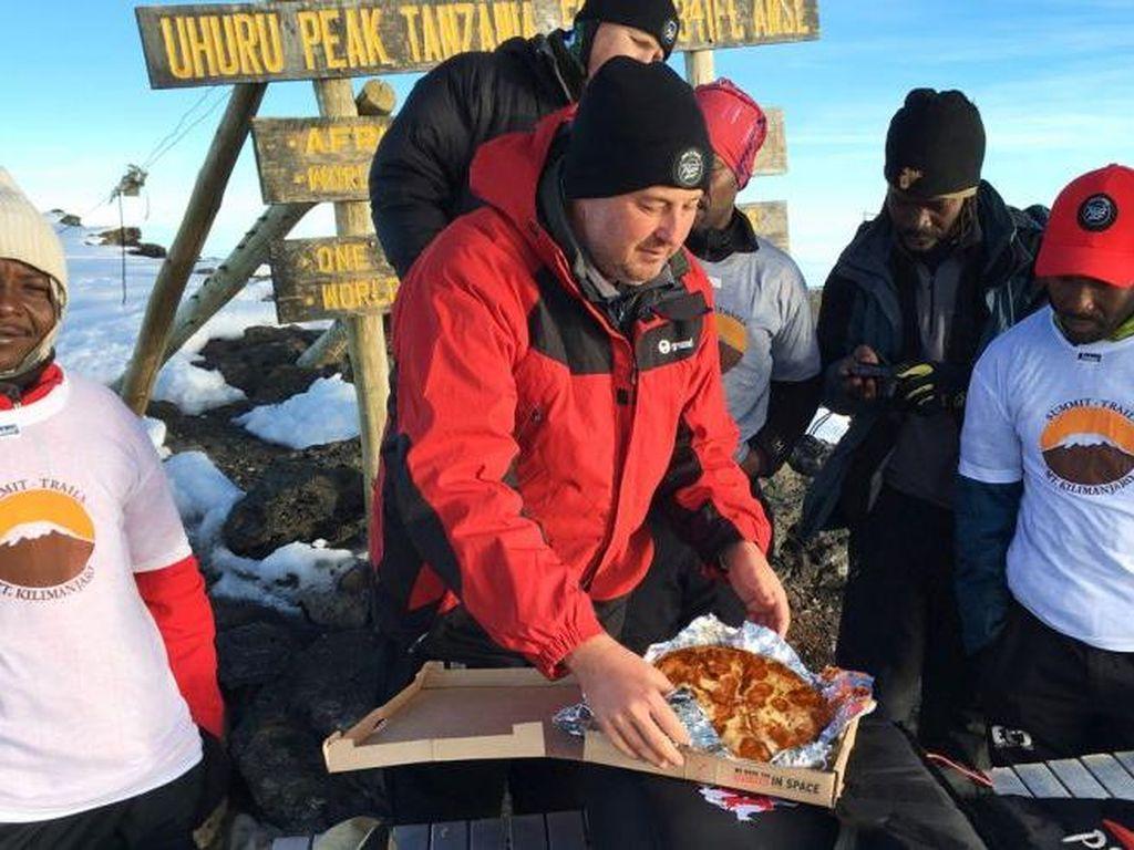Wow! Kini Pizza Hut Mengirim Pizza ke Puncak Kilimanjaro