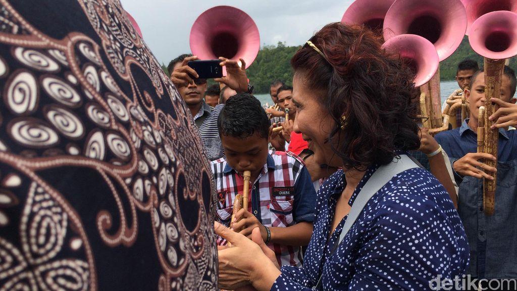 Riangnya Menteri Susi Ikuti Irama Alunan Musik Bambu di Sangihe