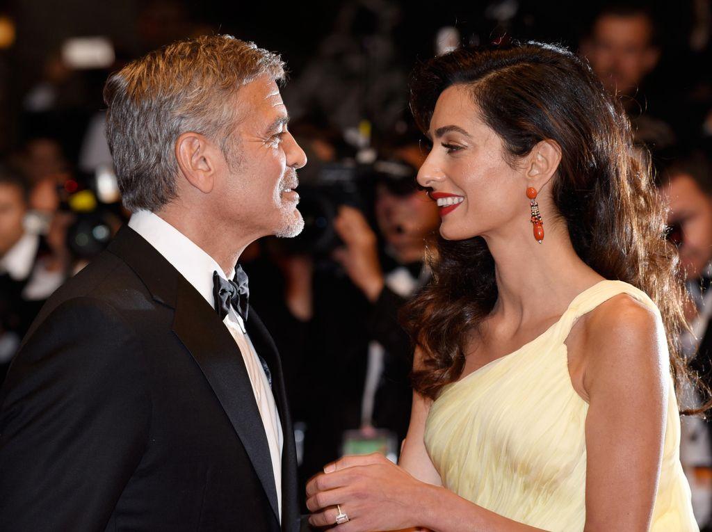 Punya Anak Kembar, George Clooney-Amal Tak Ingin Tergantung Pengasuh
