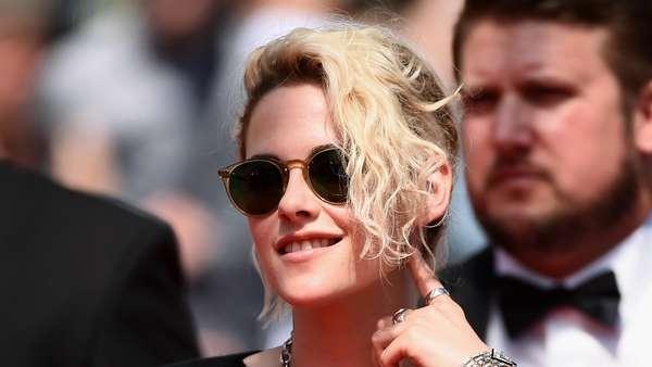 Tidak Glamor, Kristen Stewart Santai Berkaus di Festival Film Cannes 2016