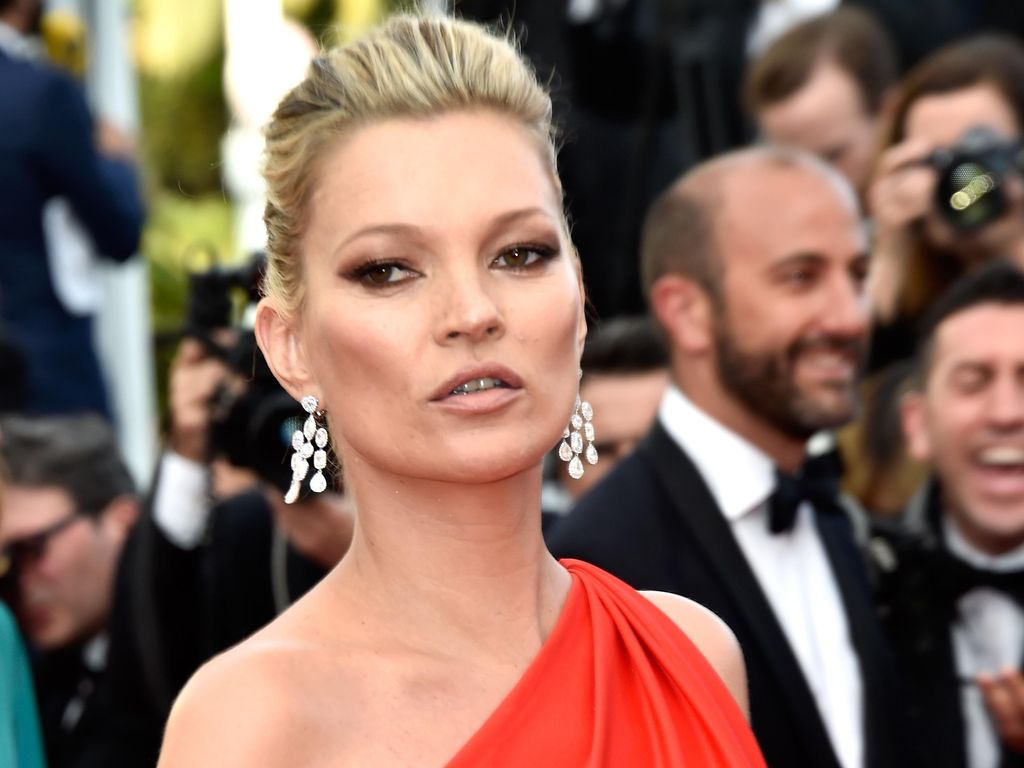 Kate Moss Sumbang Baju Favoritnya Demi Galang Dana Krisis Corona