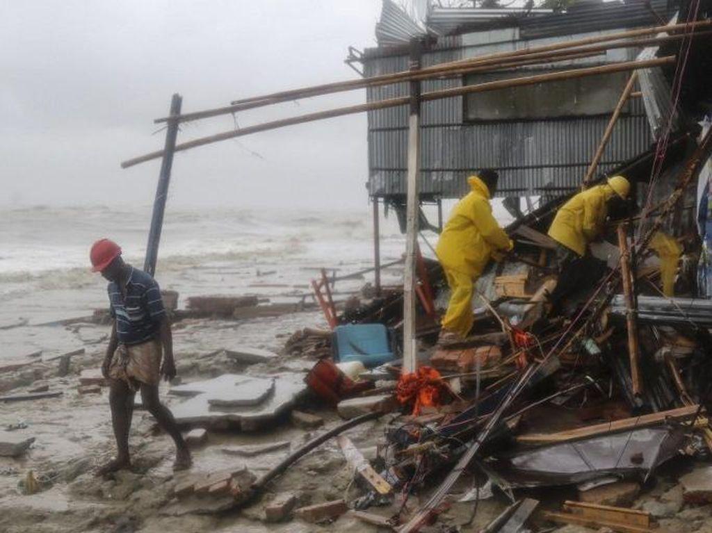 Topan Roanu Menerjang Bangladesh, 21 Orang Tewas
