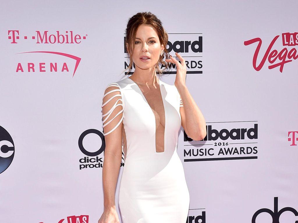 Kate Beckinsale Pamer Tubuh Langsing Saat Olahraga Sambil Cuci Piring
