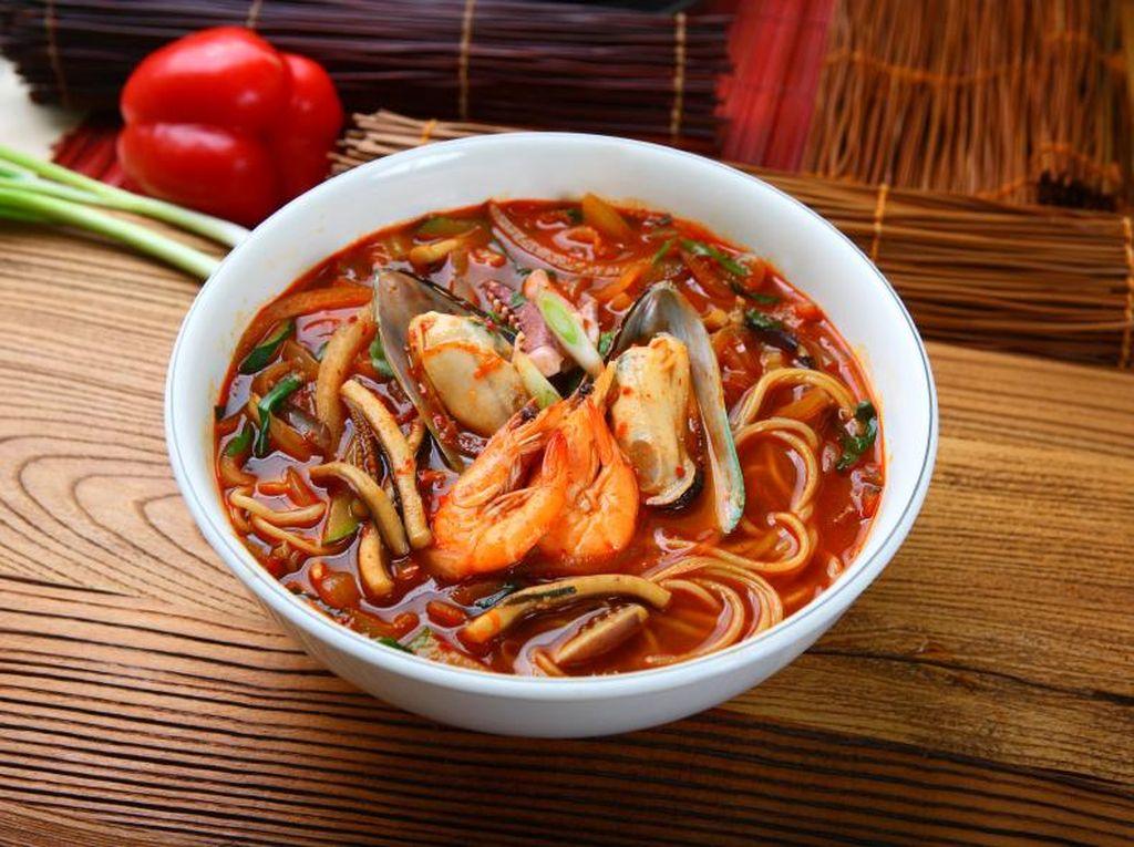 Yuk, Hangatkan Badan dengan Jjampong, Mie Seafood Korea Berkuah Pedas!