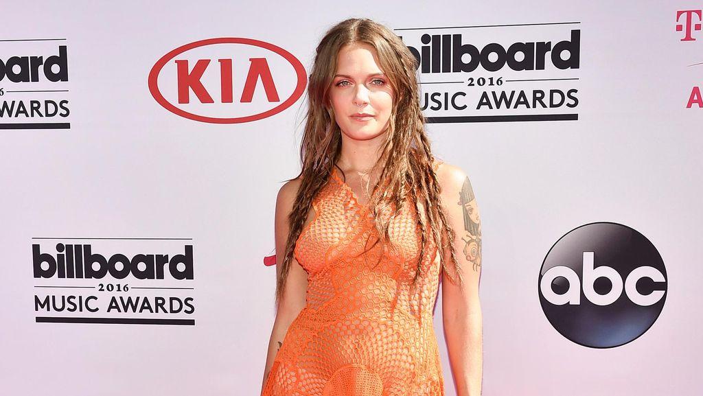 Tove Lo Pakai Dress Transparan Gambar Rahim di Penghargaan Musik Australia