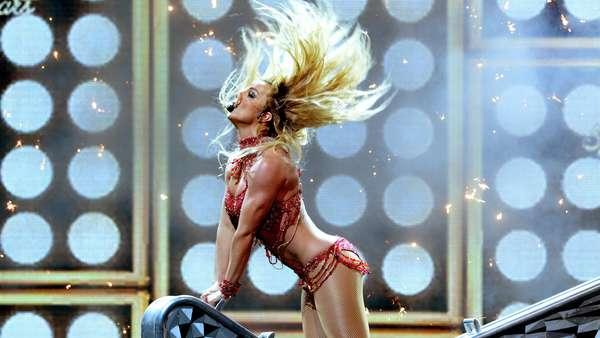 Britney Spears Kenakan 3 Baju di BBMA, Mana Paling Seksi?
