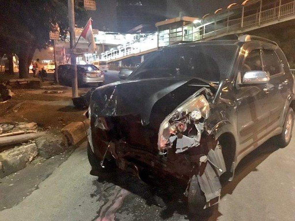 Terlibat Kecelakaan di Perempatan Kuningan, Toyota Rush dan Taksi Ringsek