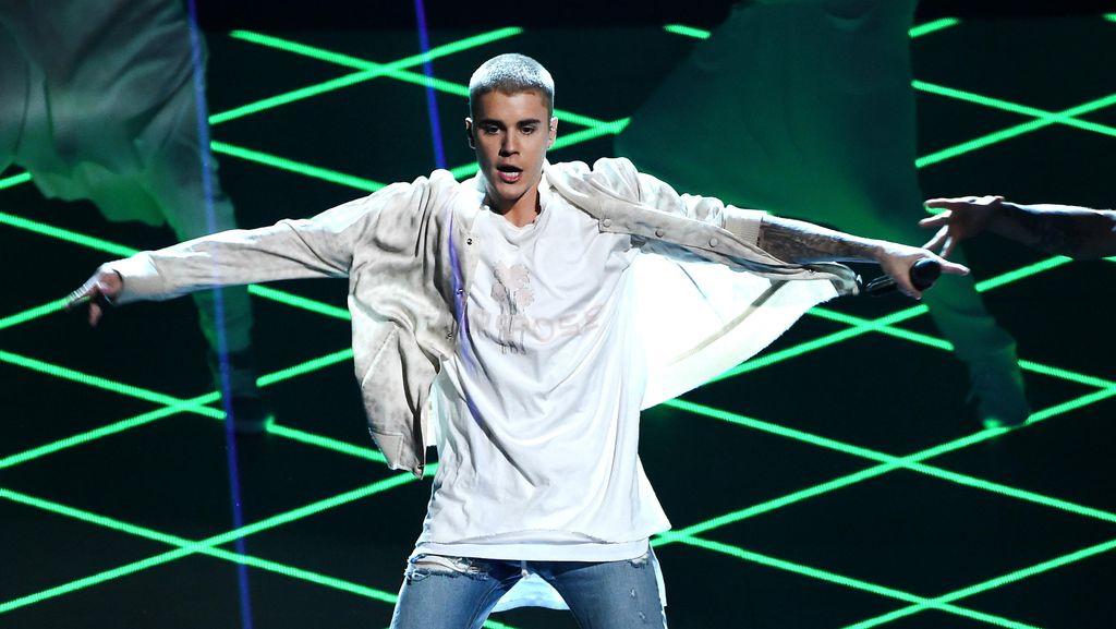 Pakai Jaket Bulu Super Tebal & Besar, Justin Bieber Di-bully di Media Sosial